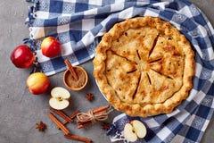 Empanada de manzana americana en una tabla concreta imagen de archivo libre de regalías