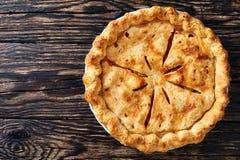 Empanada de manzana americana hecha en casa, visión superior imagenes de archivo