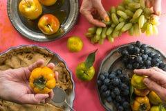 Empanada de manzana americana, manzanas en el caramelo, fruta para el día de la acción de gracias Imagenes de archivo