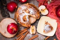 Empanada de manzana cortada en una tabla de madera Fotos de archivo
