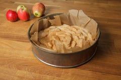 Empanada de manzana cruda en una tabla foto de archivo