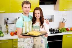 Empanada de manzana de cocinar casada de la pareja en la cocina en casa imagen de archivo