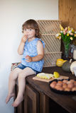 Empanada de manzana de cocinar divertida de la niña en la cocina, comiendo manzanas Fotos de archivo libres de regalías
