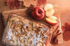 Empanada de manzana deliciosa en un tablero de madera Imagen de archivo