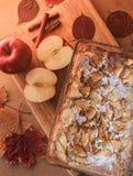 Empanada de manzana deliciosa en un tablero de madera Fotografía de archivo libre de regalías