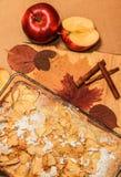 Empanada de manzana deliciosa en un tablero de madera Imagenes de archivo
