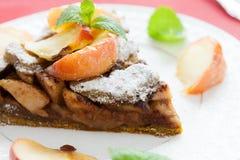 Empanada de manzana grande hermosa del pedazo en un plato Imagen de archivo