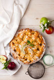 Empanada de manzana hecha en casa en un fondo de madera blanco Visión superior Foto de archivo