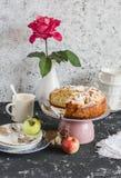 Empanada de manzana hecha en casa en un fondo ligero Tabla de la fiesta del té Imagen de archivo libre de regalías