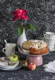 Empanada de manzana hecha en casa en un fondo oscuro Tabla de la fiesta del té Foto de archivo libre de regalías
