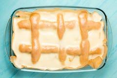 Empanada de manzana hecha en casa recién hecha con la crema de la crema agria y del azúcar en una bandeja del horno rectangular imagenes de archivo