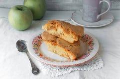 Empanada de manzana hecha en casa Tarta de manzanas Torta de Charlotte Pasteles cocidos al horno Fondos de la comida Foto de archivo libre de regalías
