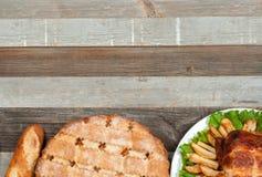 Empanada de manzana hecha en casa y pavo entero asado en la tabla de madera para la acción de gracias Imagenes de archivo