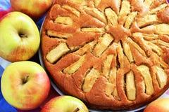 Empanada de manzana recientemente cocida con las manzanas en fotografía de archivo