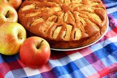 Empanada de manzana recientemente cocida con las manzanas en imagen de archivo