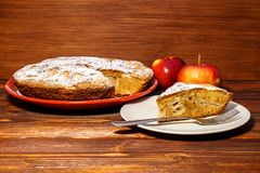 Empanada de manzana recientemente cocida en un fondo rústico de la madera oscura Manzanas frescas y un pedazo de empanada de manz Fotos de archivo libres de regalías