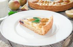 Empanada de manzana tradicional con la menta fotos de archivo libres de regalías