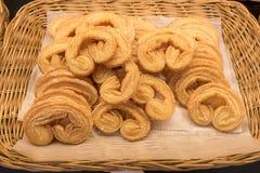 Empanada del azúcar en cesta de mimbre Foto de archivo