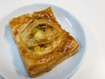 Empanada del curry del pollo en el plato blanco Foto de archivo