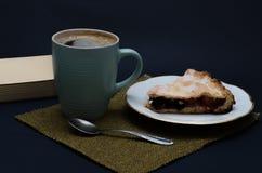 Empanada del desayuno y taza sabrosas de coffe Imagen de archivo libre de regalías