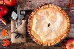 Empanada del otoño de Apple, escena de arriba de la tabla sobre la madera rústica Fotos de archivo