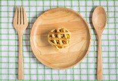 Empanada del pollo en plato de madera Fotos de archivo