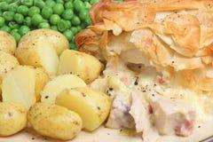 Empanada del pollo y del tocino con las nuevas patatas Imagen de archivo