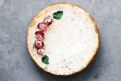 Empanada del requesón y de los plátanos Pastel de queso recientemente cocido en fondo rústico Decoración de flores secadas popula Imagen de archivo libre de regalías