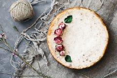 Empanada del requesón y de los plátanos Pastel de queso recientemente cocido en fondo rústico Decoración de flores secadas popula Fotografía de archivo libre de regalías
