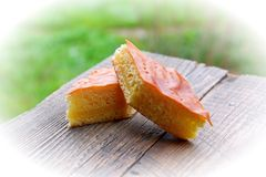 Empanada dulce de la mantequilla en la tabla de madera en jardín Fotografía de archivo libre de regalías