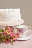 Empanada dulce hecha en casa con la crema blanca en la tabla rosada Fotografía de archivo