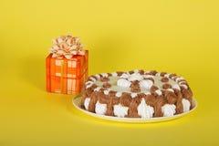 Empanada en plato y regalo con el arco imágenes de archivo libres de regalías