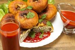 Empanada frita en una placa con verdes y jugo de tomate imagen de archivo libre de regalías