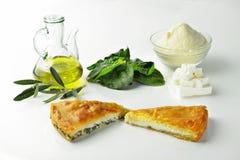 Empanada griega con aceite de oliva del queso Feta de la espinaca o del queso fotos de archivo