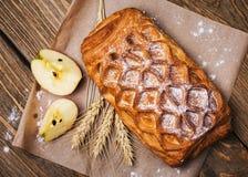 Empanada hecha en casa con la recogida de manzanas Imagen de archivo