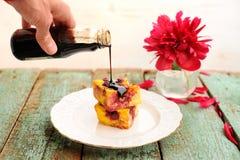 Empanada hecha en casa con las cerezas cubiertas con la salsa de chocolate con rojo Fotografía de archivo