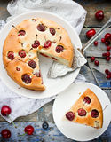 Empanada hecha en casa con las cerezas dulces Imagen de archivo