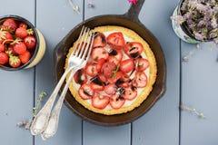 Empanada hecha en casa con las fresas frescas, mascarpone de la fresa y Foto de archivo libre de regalías