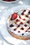 Empanada hecha en casa con las fresas en la tabla en el jardín Pasteles cocidos del dulce de la torta de la empanada de la fresa imagenes de archivo