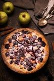 Empanada hecha en casa con las manzanas y la zarzamora en fondo de piedra oscuro fotos de archivo