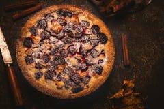 Empanada hecha en casa con las manzanas y la zarzamora en fondo de piedra oscuro foto de archivo libre de regalías