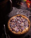 Empanada hecha en casa con las manzanas y la zarzamora en la tabla oscura de madera imagen de archivo libre de regalías