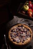 Empanada hecha en casa con las manzanas y la zarzamora en la tabla oscura de madera imágenes de archivo libres de regalías