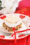 Empanada hecha en casa con las nueces y el merengue foto de archivo