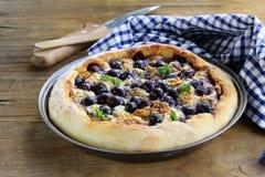 Empanada hecha en casa con las uvas y el queso verde Imagen de archivo