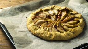 Empanada hecha en casa de Galette con las manzanas y los arándanos Fotografía de archivo