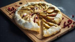 Empanada hecha en casa de Galette con las manzanas y los arándanos Fotografía de archivo libre de regalías