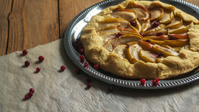 Empanada hecha en casa de Galette con las manzanas y los arándanos Imagenes de archivo