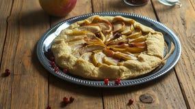 Empanada hecha en casa de Galette con las manzanas y los arándanos Imágenes de archivo libres de regalías