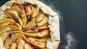 Empanada hecha en casa de Galette con las manzanas y los arándanos Visión superior Imagenes de archivo